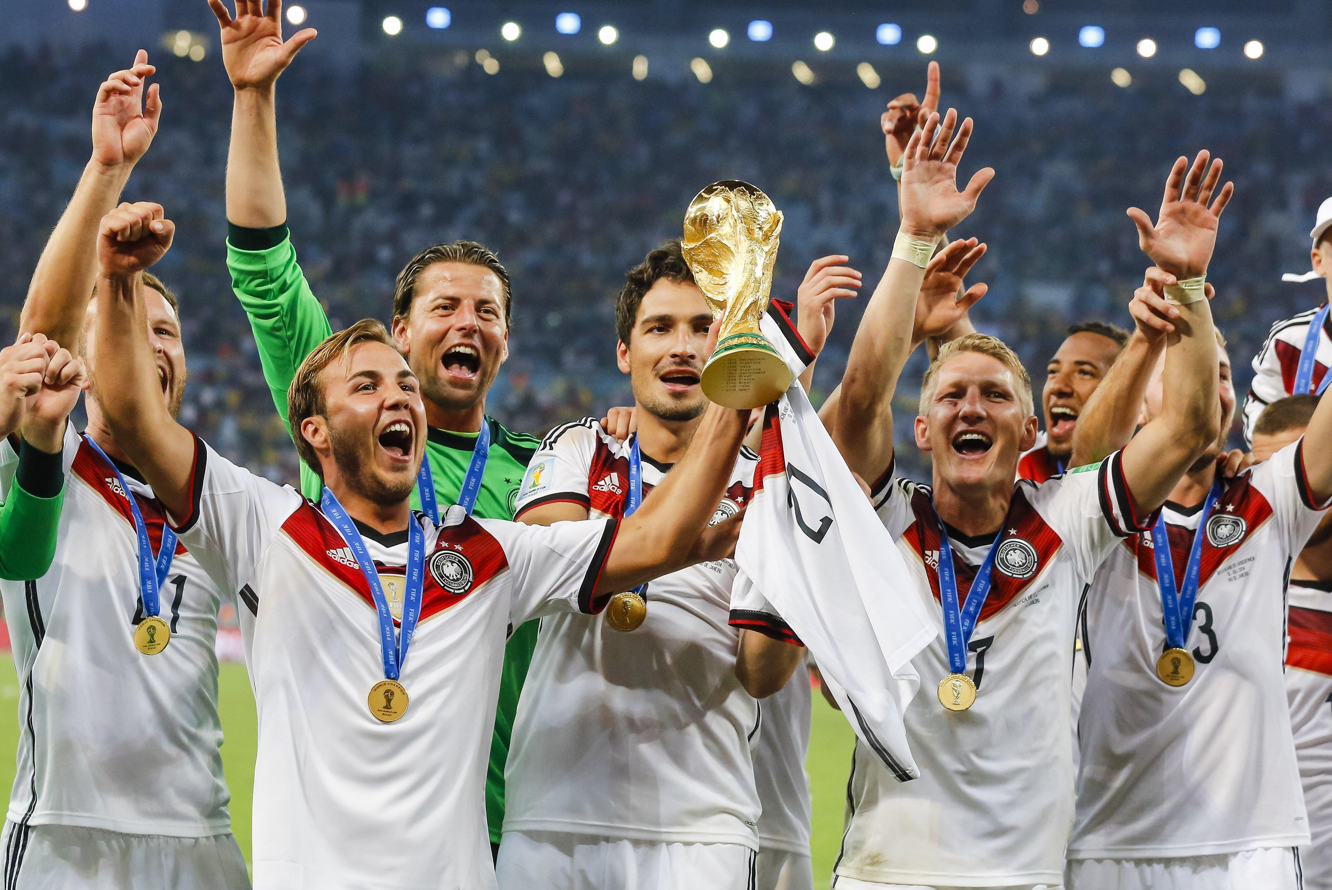 Neuer trains with German team