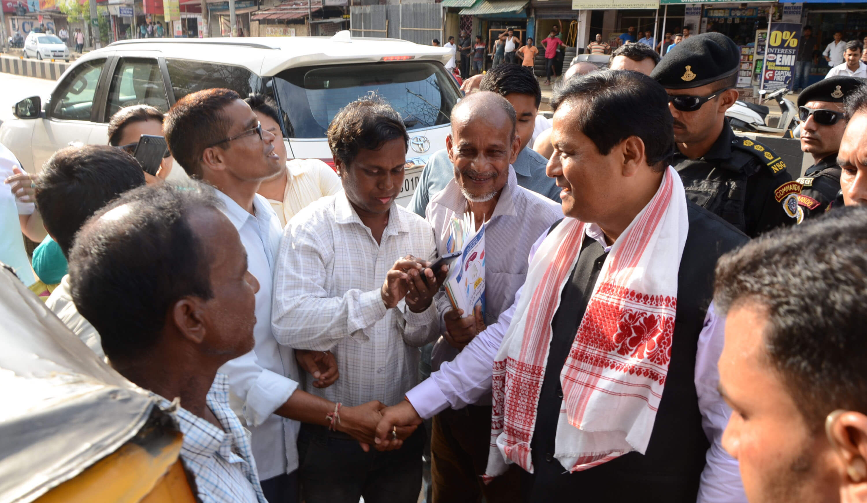 Sonowal interacts with auto-rickshaw pullers
