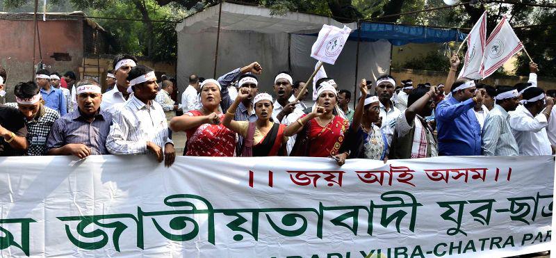 Anti-Bill protestors brave police at Janata Bhawan