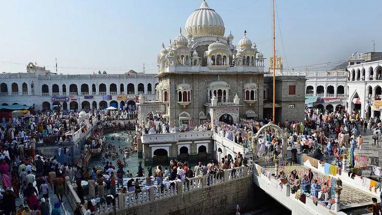 Indian Sikhs arrive at Pakistan's Gurdwara Punja Sahib