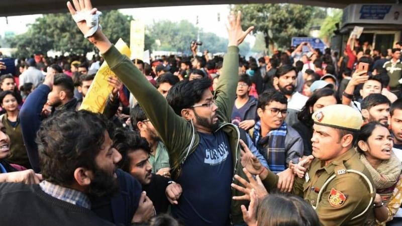 JNU students march towards Rashtrapati Bhawan lathi-charged