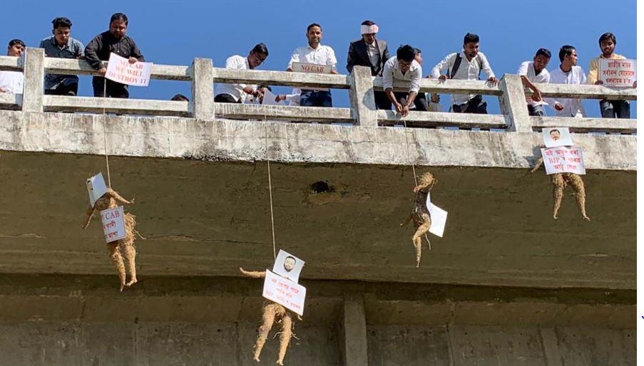 AASU activists hang effigies of State Ministers in Kokrajhar