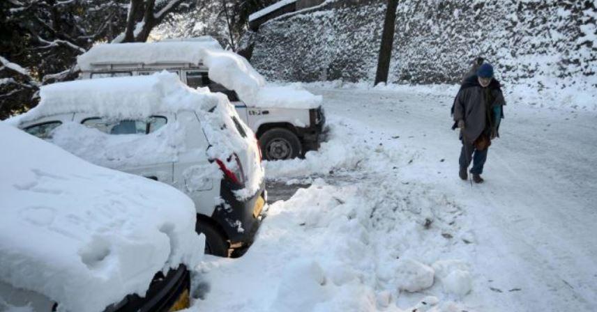 Tourist rush, snow-laden roads halt Himachal Pradesh