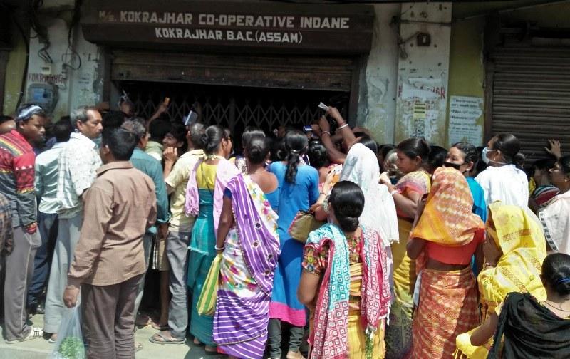 Ahead of Lockdown, People Queue up for LPG Cylinders